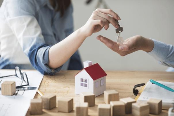 Les clés d'une maison données au propriétaire