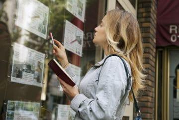 Une femme regarde des annonces immobilières